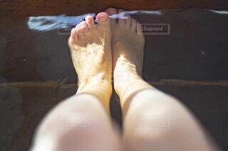 足湯に浸かる女性の足の写真・画像素材[4430360]