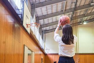 学校の体育館でバスケットボールをする女子高生の写真・画像素材[4648431]