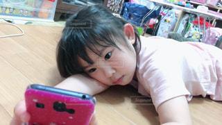 テーブルの上に座っている小さな女の子の写真・画像素材[2284643]