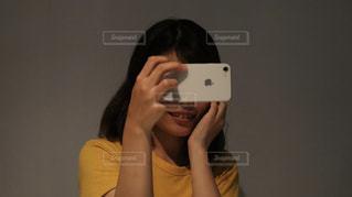 女性,自撮り,屋内,女子,人物,セルフィー,人,笑顔,スマートフォン,iphone,若者,Apple,セルフショット
