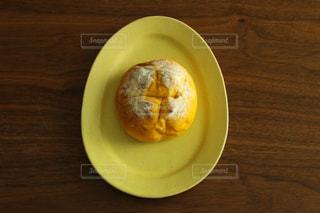 テーブルの上の皿にドーナツの写真・画像素材[1061332]