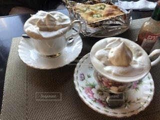 食べ物の皿とテーブルの上のコーヒー1杯の写真・画像素材[2260950]