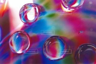 水滴に反射する光の写真・画像素材[2374884]