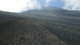 富士山御殿場ルート下山道 大砂走りにわき立つ雲の写真・画像素材[2285235]