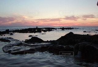黄昏時 波打ち際の温泉の写真・画像素材[2343216]
