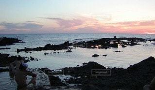 夕暮れ時の海と温泉の写真・画像素材[2343218]