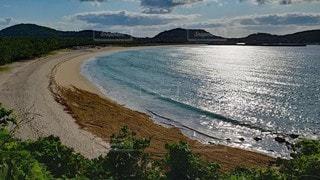誰もいない早朝のビーチの写真・画像素材[2345326]