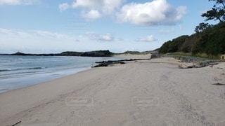 誰もいない早朝のビーチの写真・画像素材[2345325]