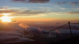 朝日に彩られる雲の写真・画像素材[2413590]