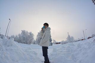 雪の覆われた斜面の上に立っている人の写真・画像素材[1688942]