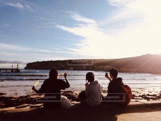 自然,風景,海,後ろ姿,シャボン玉,人物,背中,人,後姿,友情,友達