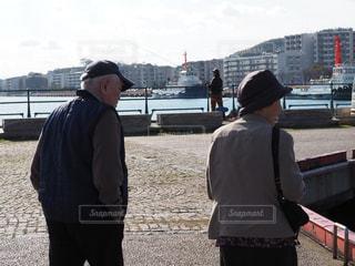 通りに立っている数人の人々の写真・画像素材[2457656]