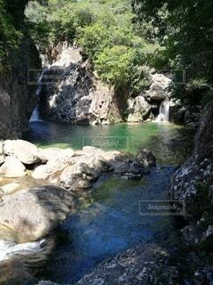 滝から流れる川と岩の写真・画像素材[2254137]