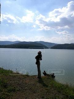湖と女性の写真・画像素材[2254249]