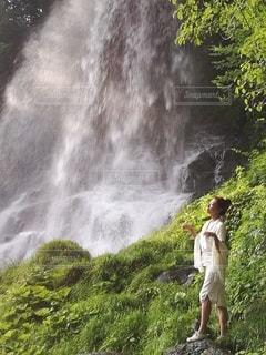 滝と白い服を着た女性の写真・画像素材[2265942]