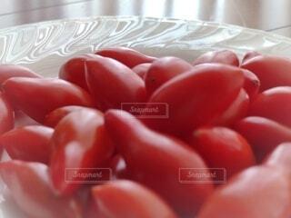白い皿の上のプチトマトの写真・画像素材[4670343]