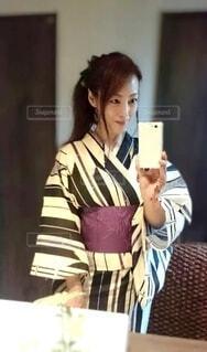 鏡の前で自撮りをする浴衣の女性の写真・画像素材[4698833]
