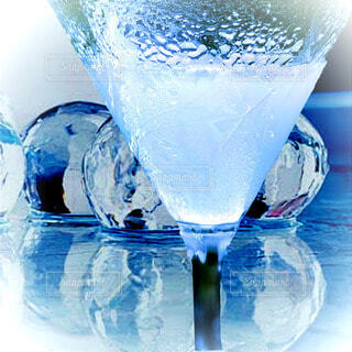 テーブルの上の氷と冷えたカクテルの写真・画像素材[4708876]