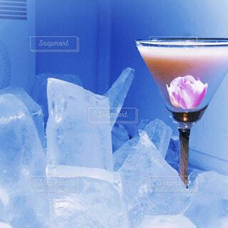 冷凍庫の中の氷とフラワーカクテルの写真・画像素材[4711219]