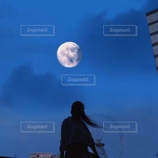 都会の月を見上げるの写真・画像素材[4834943]