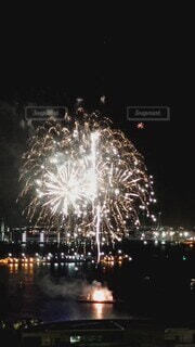 風景,海,夏,夜,夜景,夜空,花火,水面,花火大会,鮮やか,光,優しい,美しい,音,港,日本,シークレット,思い出,みなとみらい,風物詩,感動,見下ろす,景観,打ち上げ,想い,開港祭,空から,感謝,大玉,情緒,フィナーレ,fireball,ワンシーン,祝,爆音,未来へ,発射台,特等席,誇り,響く,仕掛け花火,重ね,火薬,彩る,2021