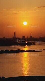 自然,風景,海,空,絶景,屋外,湖,太陽,朝日,ビーチ,雲,夕暮れ,船,水面,夜明け,シルエット,オレンジ,美しい,朝焼け,港,朝,日の出,朝陽,みなとみらい,ショート,オリンピック,おはよう,昇る,横浜港,凪,始まり,動き,おひさま,光景,設定,DAY