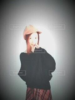 女性,モデル,ファッション,風景,ロングヘア,アクセサリー,赤,かわいい,黒,チェック,帽子,暗い,背景,踊る,洋服,人物,オシャレ,大きい,人,丸,照明,可愛い,アップ,セーター,ポーズ,明るい,フィルム,コーディネート,スポットライト,お洒落,コーデ,カラー,あったかい,ライフスタイル,素材,円,気持ちいい,ミニスカート,イメージ,漫画,スタイル,ソフト,スタジオ,秋冬,もふもふ,おしゃれ,ブラック,動画,揺れる,動き,赤毛,鎖骨,明暗,柔らかい,胸開き,若い女性,長い髪,リピート,タータンチェック,ムービー,ブカブカ,ハンチング,アンゴラ,挿し色,黒赤,落ち着いた色,ラグラン,人間の顔