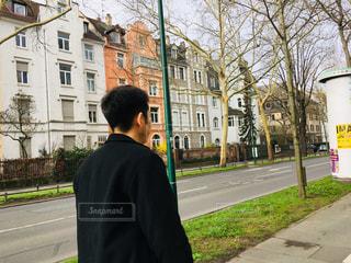 歩道に立っている男の写真・画像素材[2260259]