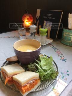テーブルの上に座っているサンドイッチの写真・画像素材[2288701]