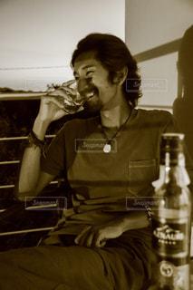 風景,お酒,屋内,人物,人,笑顔,ボトル,ウイスキー,フィルム,ドリンク,アルコール,飲み,フィルム写真,飲む,彼,フィルムフォト