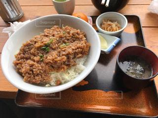 テーブルの上の食べ物のボウルの写真・画像素材[2259493]