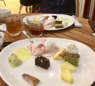 テーブルの上の食べ物の皿の写真・画像素材[2259502]