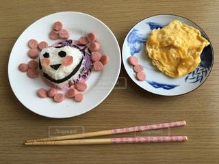 テーブルの上の食べ物の皿の写真・画像素材[2263724]