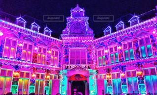 建物の前の紫色の光の写真・画像素材[2345287]