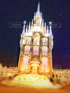 夜にライトアップされた教会のクローズアップの写真・画像素材[2345288]