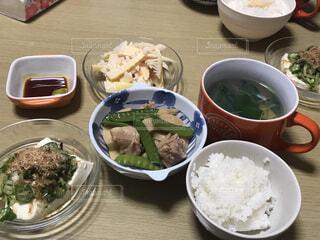テーブルの上に食べ物を1杯入れるの写真・画像素材[4371426]