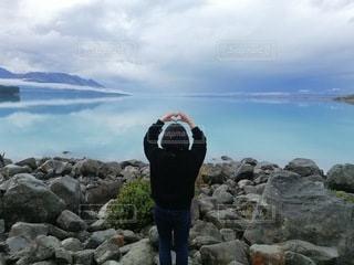 女性,1人,自然,風景,空,屋外,湖,ビーチ,青,水,水面,水色,山,ハート,岩,人,外国,blue,♡,heart,Newzealand,water,クラウド,Wanaka
