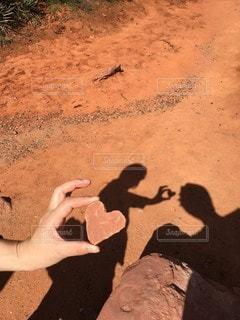 土の中に立っている人の写真・画像素材[2293536]