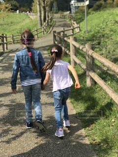 芝生,屋外,散歩,女の子,道,坂道,二人,レジャー,お散歩,アスファルト,ライフスタイル,お出かけ