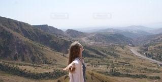 山の前に立っている人の写真・画像素材[2792755]