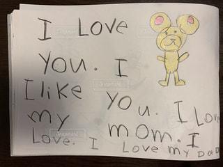 娘は英語でママとパパが大好きだと書いてくれました。の写真・画像素材[3152719]