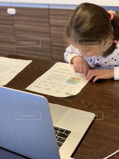 屋内,室内,テーブル,人,勉強,自宅,コンピューター,外国語,テキスト,自習,学習,ノート パソコン,ドキュメント,自宅学習