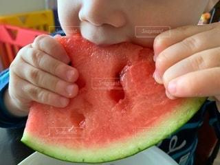 スイカ食べる子供のクローズアップの写真・画像素材[3512276]