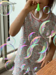 ベランダでシャボン玉をする女の子の写真・画像素材[4540088]