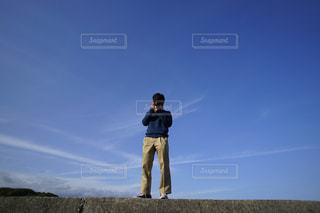 男性,アウトドア,海,空,カメラ,屋外,国内,青空,晴天,散歩,海岸,男,旅行,旅,日本,レジャー,野外,男の子,友達,お散歩,ライフスタイル,おでかけ,国内旅行,写真素材