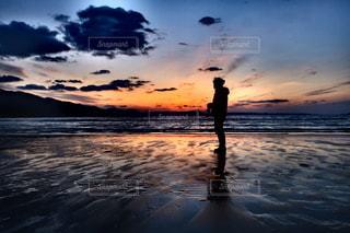 男性,1人,自然,空,夕日,屋外,太陽,ビーチ,雲,青,夕暮れ,水面,海岸,男,オレンジ,光,人,夕陽,グラデーション,クラウド