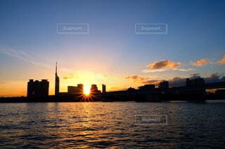 風景,空,ビル,朝日,雲,青,水面,オレンジ,タワー,高層ビル,正月,お正月,日の出,朝陽,グラデーション,新年,初日の出,グラデ