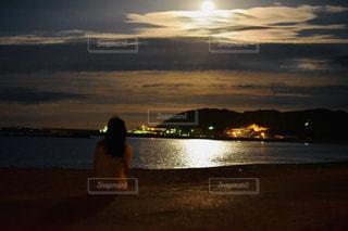 水の体の上の夕日の写真・画像素材[2261117]