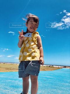 水の体の隣に立っている少年の写真・画像素材[2261121]