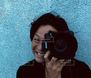 カメラを持った男の写真・画像素材[2273501]
